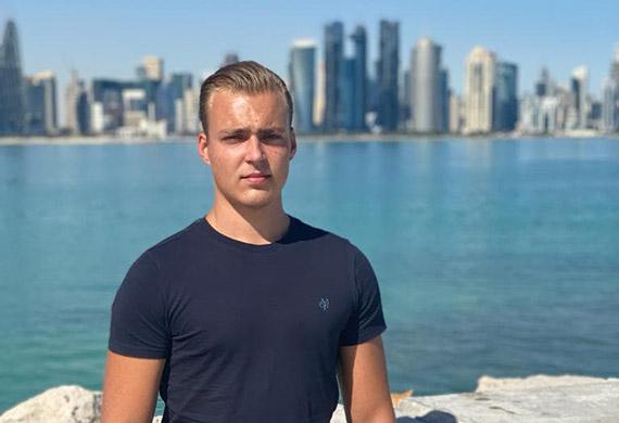 Nuori mies meren rannalla.