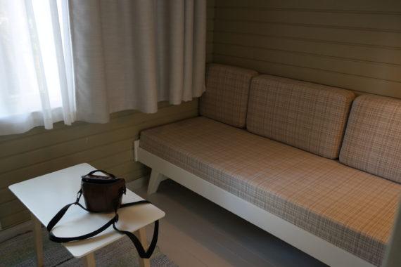 Metsähuoneessa. Suomen vanhimmat majoituskäyttöön rakennetut mökit ovat hellävaroen pesseet kasvonsa.
