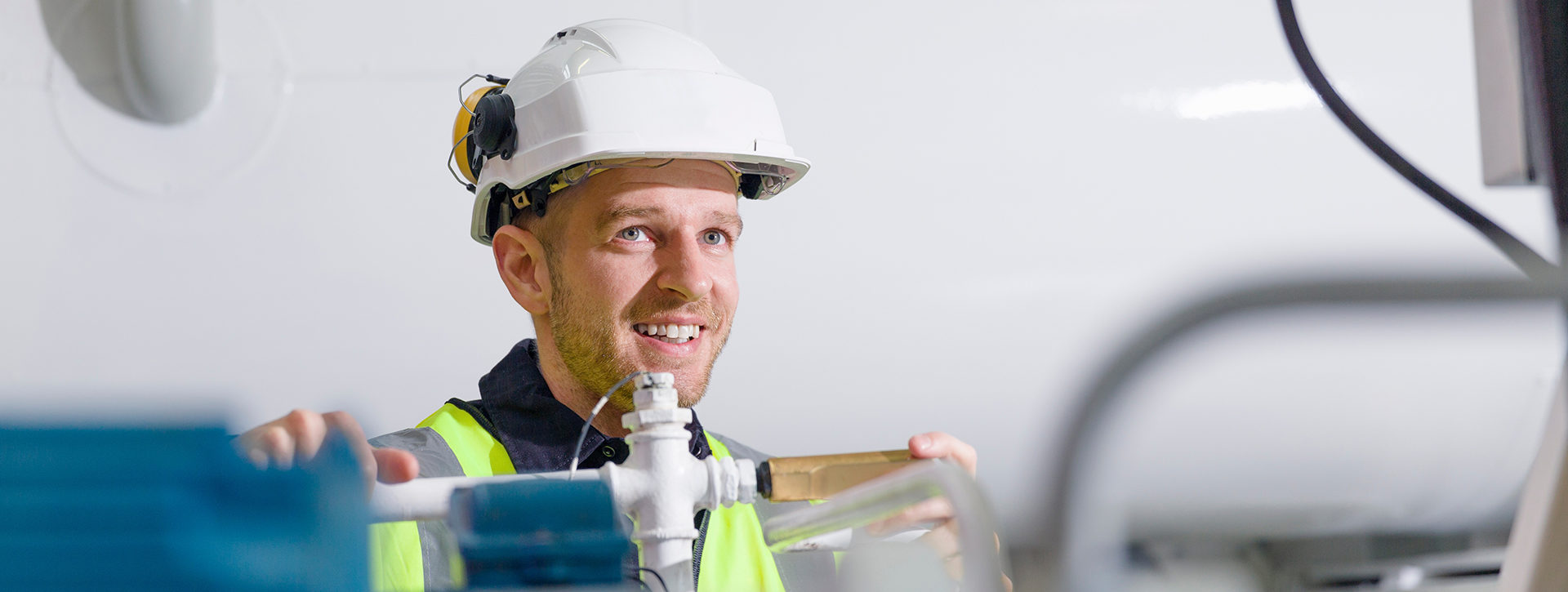Kunnossapidon insinööri tarkastelemassa lämpövoimalaitosta.