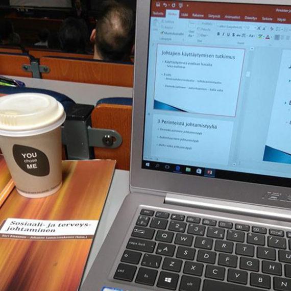 Läppäari ja kahvia