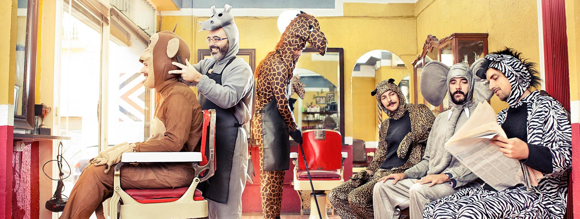 Työnhaun performanssi -hankkeen markkinointikuvassa eläimiksi pukeutuneet ihmiset poseeraavat hauskasti kampaamoympäristössä värikkäässä kuvassa.