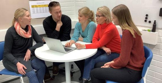 Opiskelijat Belinda Nurmi, Mikko Rikama, Emma Karjalainen, Saara Lehto ja Elsi Jääskeläinen istuvat tietokoneen ääressä keskustelemassa.