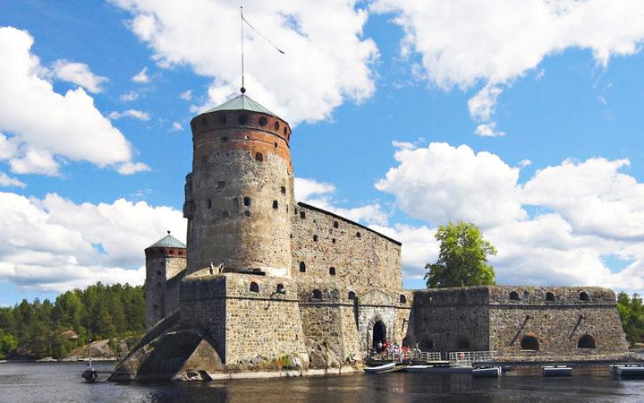 Ulkokuva Savonlinnassa sijaitsevasta Olavinlinnasta.