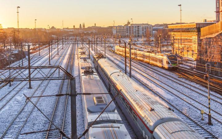 rautatiemaisema talvisessa Helsingissä
