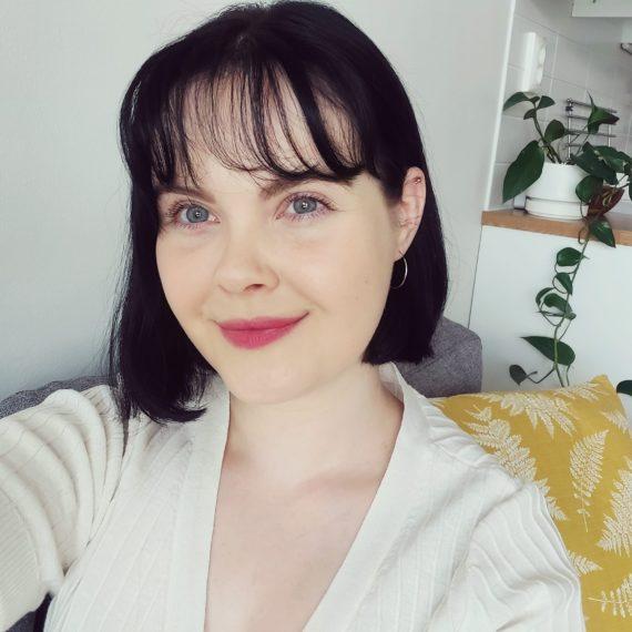 Iris Damsténin kasvokuva