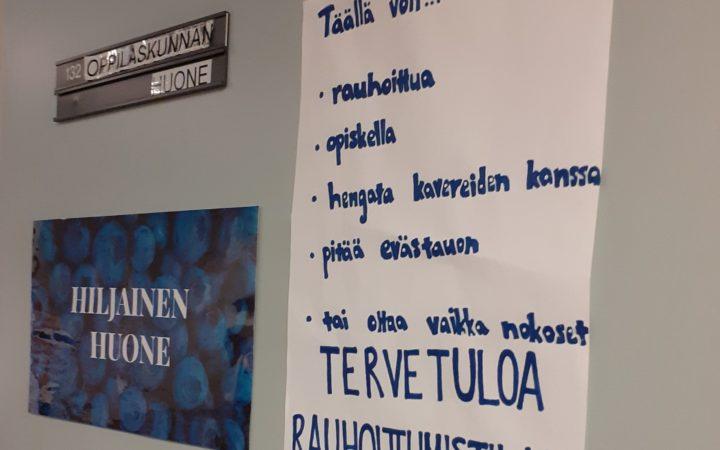oppilaskunnan huoneen ja opiskelijoiden rauhoittumistilan ovi