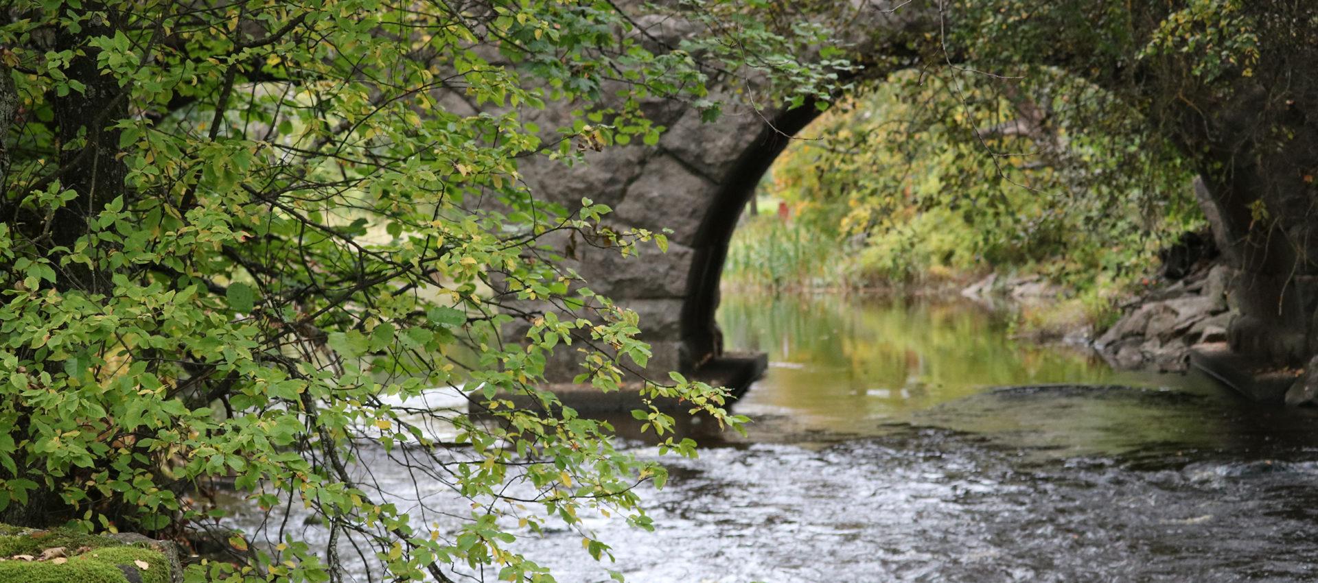 Kuvassa kaunis vanha silta, joka ylittää joen. Kuva on otettu Kuninkaantien reitin varrelta.