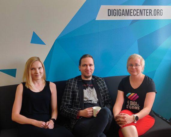 Park-hankkeessa työskentelevät Satu, Kalle ja Hanna istuvat sohvalla.