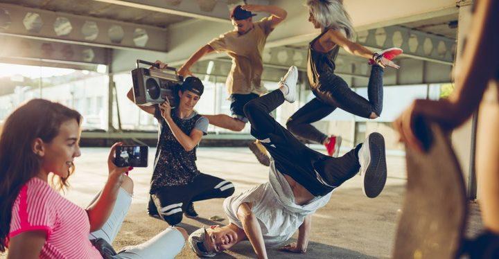 nuoria tanssimassa breakdancea